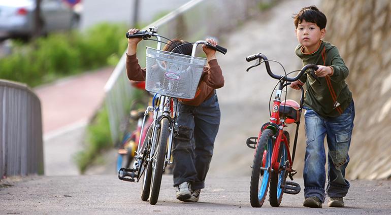 mersul pe bicicleta, copii pe bicicleta, mana invizibila, bicicleta cu sau fara pedale