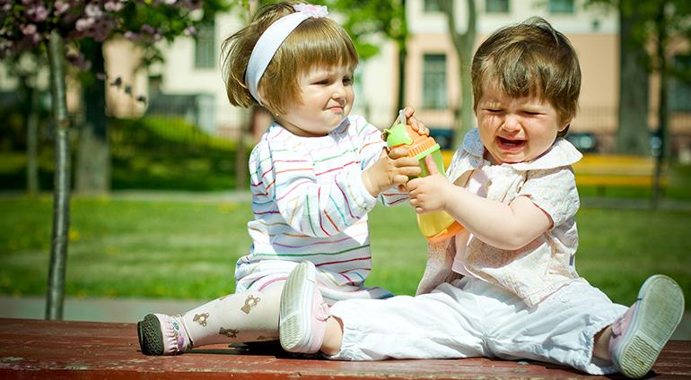 Children fighting over toys - Copiii se cearta de la jucarii